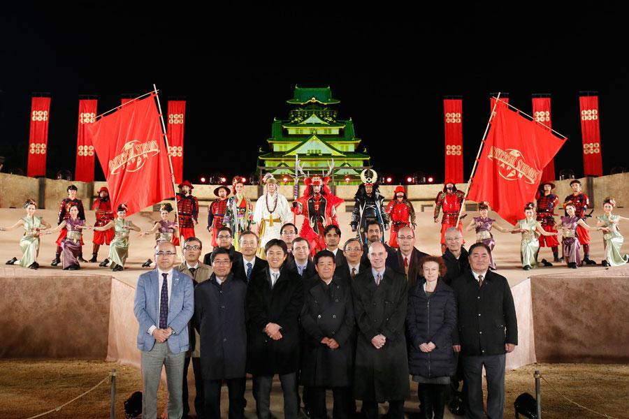 松井一郎知事(前列真ん中)と招待された各国総領事ら(20日、大阪城)
