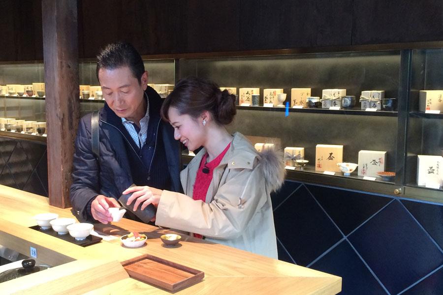 旅がはじまって間もないというのに、五条坂の日本酒バーで乾杯する三田村と斉藤雪乃
