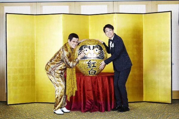用意された豹柄のダルマに目を入れ、出演決定を祝うピコ太郎と古坂大魔王