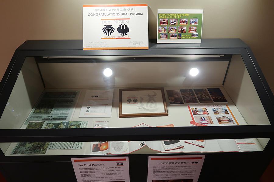 熊野観光の拠点「世界遺産 熊野本宮館」には、「二つの道の巡礼者」を達成した人々の写真も