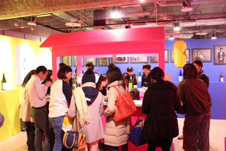 会場内の「日本酒うさぎ」スタンディングBARは大盛況!(12/28〜30は16:00〜、31は13:00〜18:00など日時は要チェック)