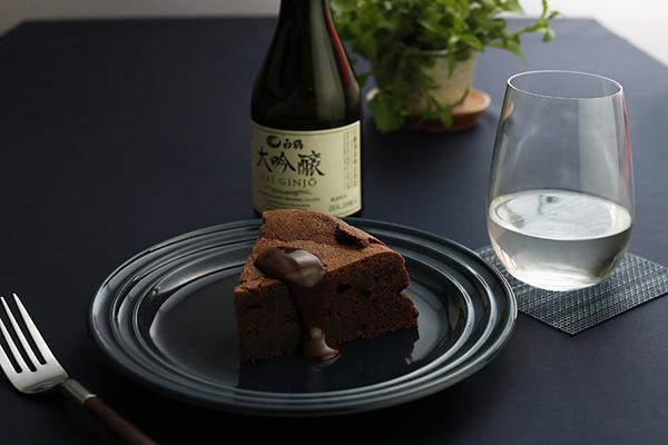 「大吟醸」とチョコレートケーキは、チョコレートの甘み、苦みが、大吟醸の軽やかな苦みとコクにマッチ(22日、白鶴にて)