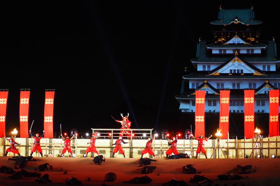 幅40mの壮大な舞台で繰り広げられるライブショー。大阪城をバックにするとよりリアルに
