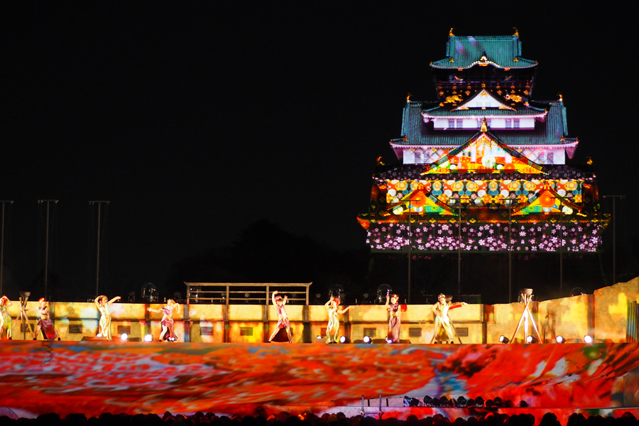 背後の天守閣とともに、幅40mの壮大な舞台が光とプロジェクションマッピングの演出で包まれる