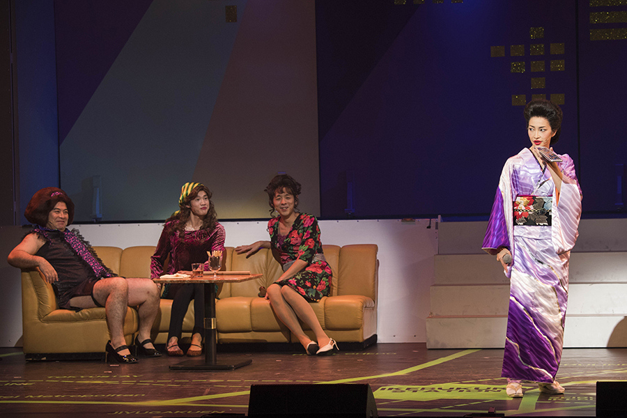 ロックオペラ『サンバイザー兄弟』より、右が女優・りょう。作・演出の宮藤官九郎も出演(右から2番目) 写真/引地信彦