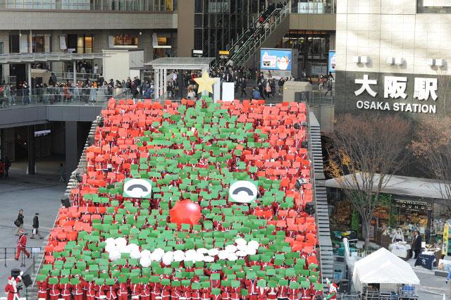 総勢1,000名で作った「人間クリスマスツリー」(17日、大阪市)