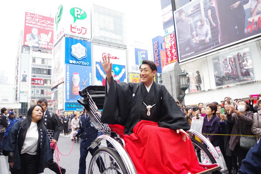 『ミナミ大お練り』をおこない、大阪のファンに挨拶をした中村芝翫(20日、大阪・道頓堀)