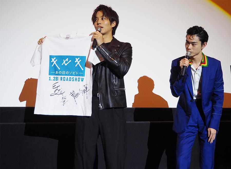 奇跡の1名に、2人のサイン入りTシャツプレゼント企画もおこなわれた(12日・梅田ブルク7)