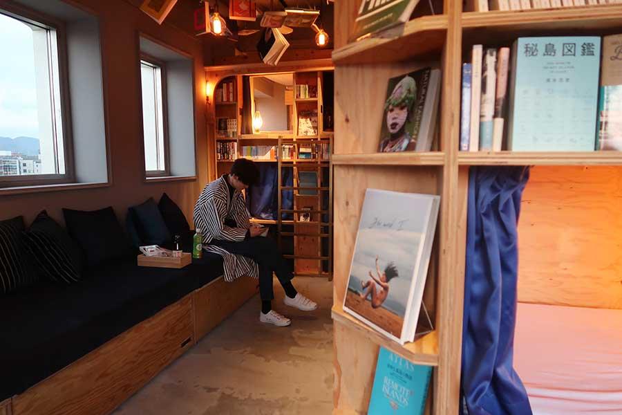 窓から鴨川を間近に望む「リバー ビュー」は1床のみ。ベッドは全20床あり。京都オリジナルの寝間着の貸し出し、販売も