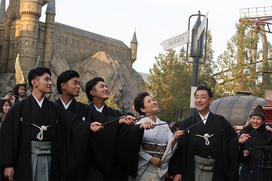 毎年のように、ユニバーサル・スタジオ・ジャパンを訪れるという中村一家。左から中村歌之助、福之助、中村橋之助、三田寛子、中村芝翫