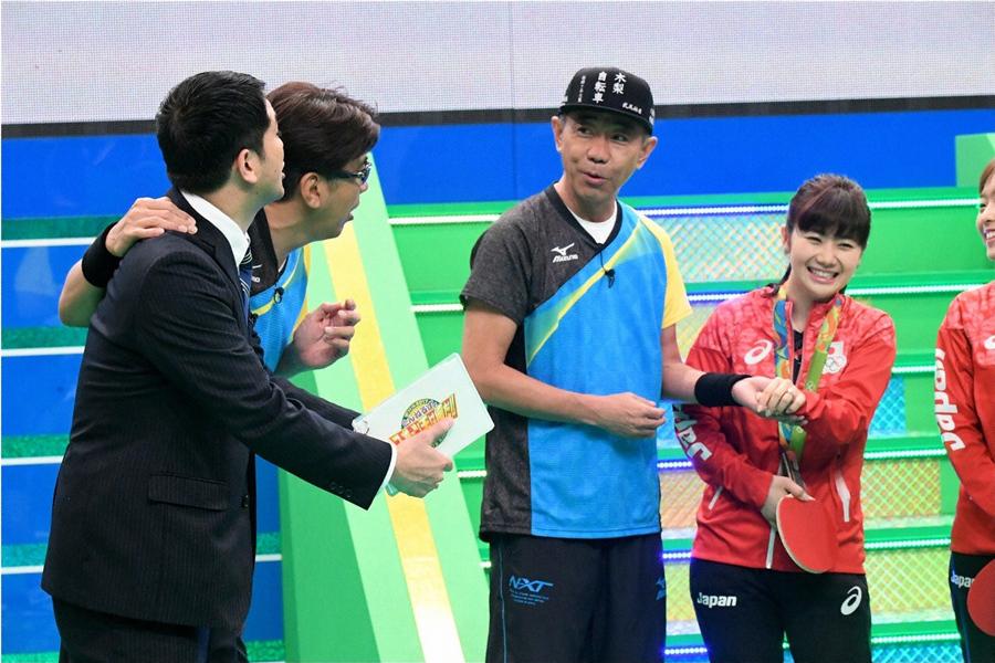台湾の「卓球王子」こと江宏傑がデザインした福原愛の指輪に興奮するとんねるずたち © ABC