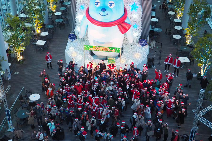 サンタクロースの衣装に身を包んだ人々が展望台に327人集まった(23日、大阪市阿倍野区)