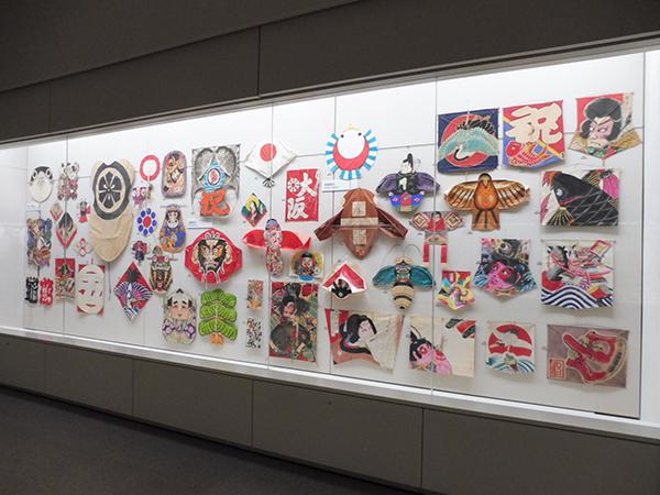 「アジアの凧」より、日本の凧。中国、四国、 近畿、中部の凧が並ぶ(12月7日から・大阪歴史博物館)