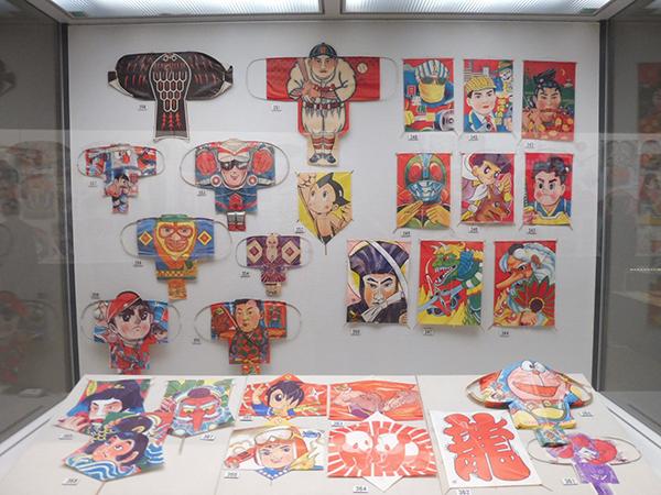 「アジアの凧」より、漫画などのキャラクターが描かれた子ども向けの凧。昭和30~40年代に製造(12月7日から・大阪歴史博物館)
