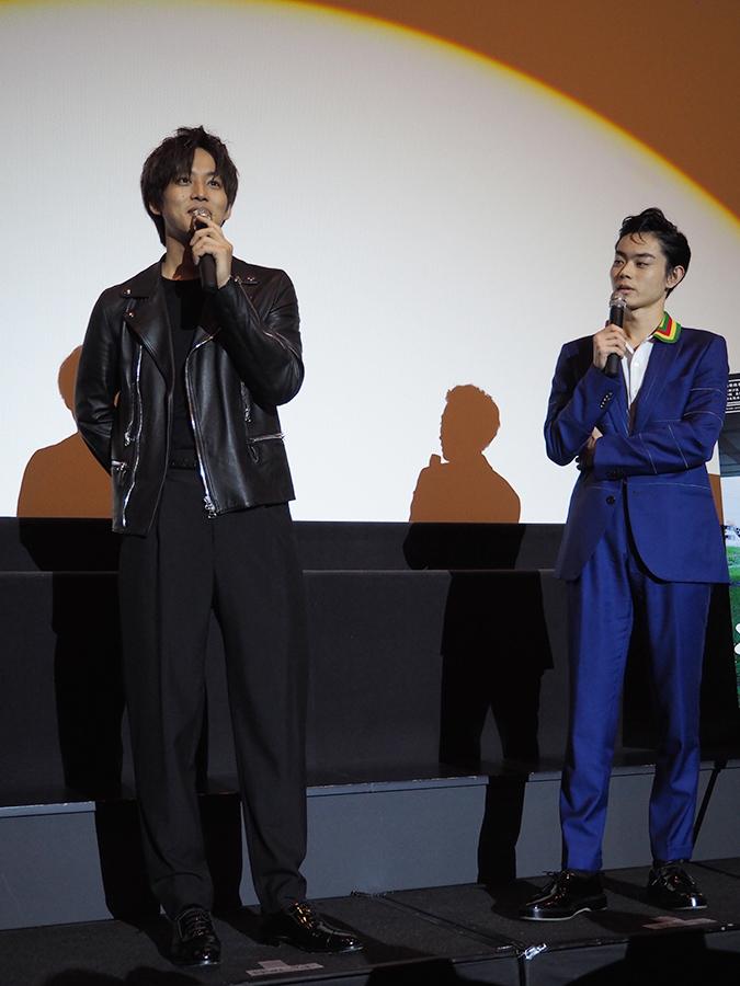 大阪で舞台挨拶をおこなった松坂桃李(左)と菅田将暉(12日・梅田ブルク7)