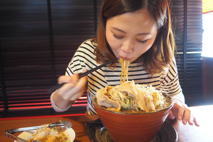 最初はツルツルと喉に入っていく太麺。スープと絡んでおいしすぎる!