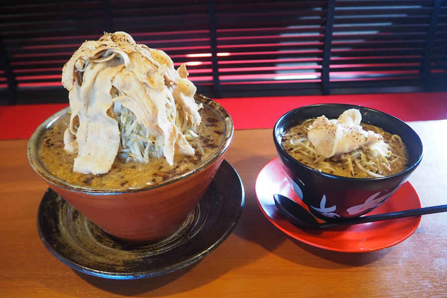 右が定番メニューの「ド根性の醤油」(730円)。これに麺とスープを2倍、野菜、肉を大盛にしたのが、今回食べた「真の男盛」(1810円)だ