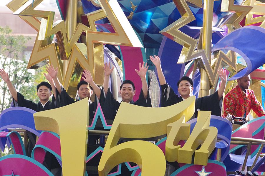 三田寛子の姿を見つけて、手を振る中村芝翫(右から2番目)と息子たち