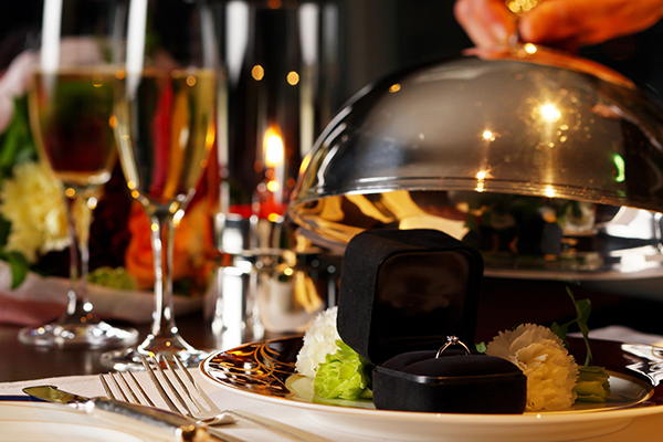 プロポーズの演出は、レストランスタッフがサポート。伝統的なフランス料理のサービスでもある、クロッシュを使ったクラシックな演出はぜひ