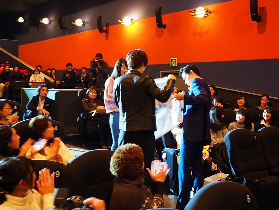 客席から選ばれた1人に、2人は映画の大阪支部宣伝部長に任命(12日・梅田ブルク7)