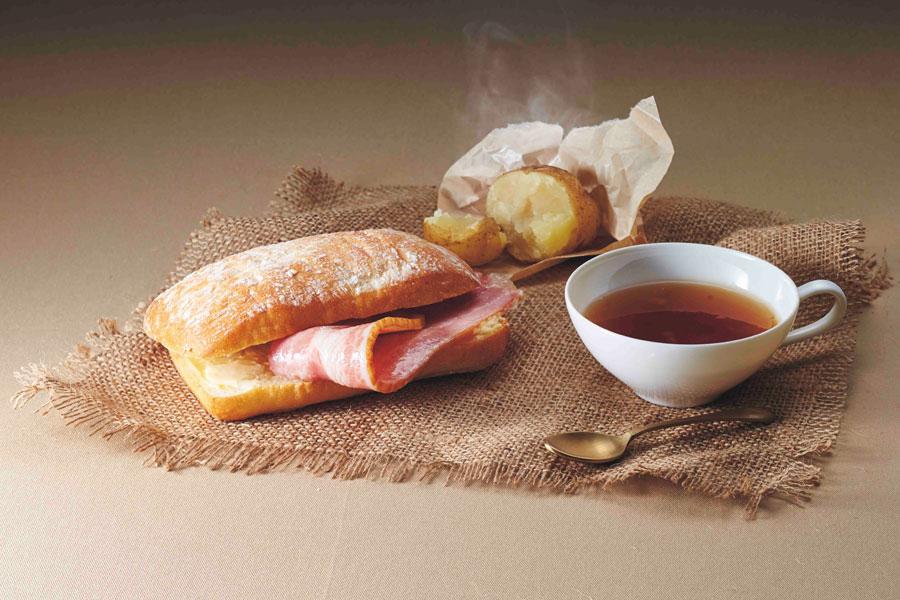 『進撃の巨人』より、兵士長愛用のティーカップに入った紅茶デザートが付いた「リヴァイ兵士長 専用遠征飯」