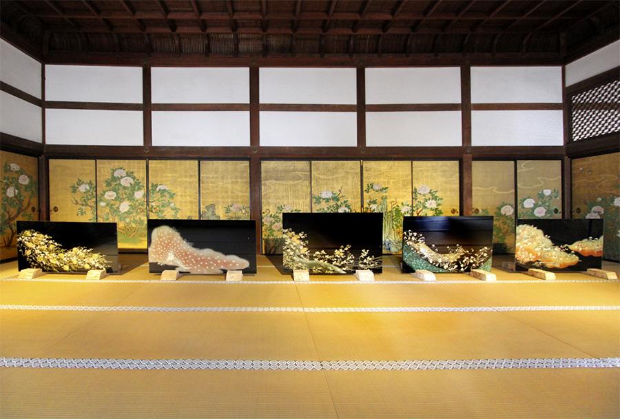 「大覚寺宸殿障壁画」前で披露されたガラスアート・和硝子