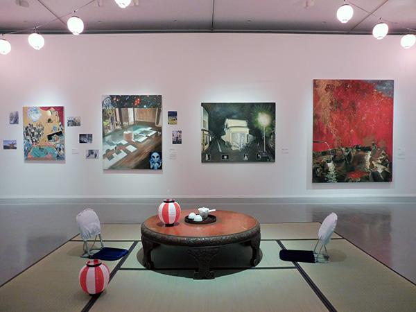 「温泉シリーズ」や日本各地を描いた絵画、版画、ポスターが見られる2階展示室。座敷に座ってゆったりと鑑賞を/12月17日から開催の『ようこそ!横尾温泉郷』、横尾忠則現代美術館
