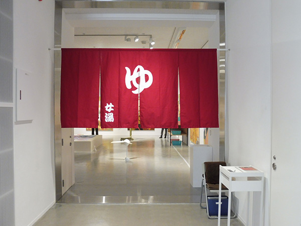 3階展示室より、入口周辺の様子/12月17日から開催の『ようこそ!横尾温泉郷』、横尾忠則現代美術館