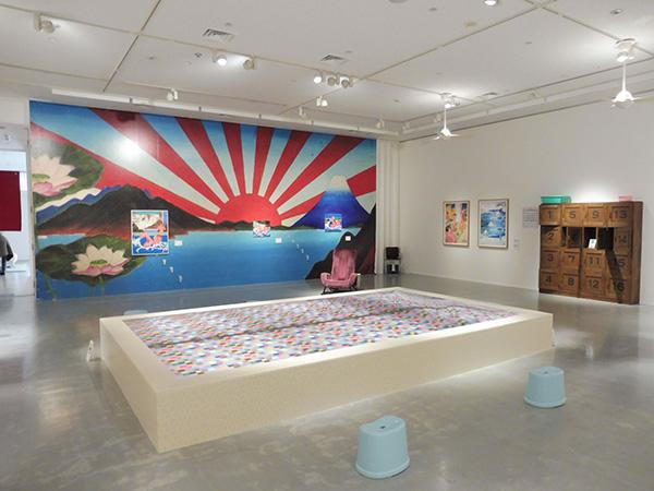 「銭湯シリーズ」が見られる3階展示室。室内中央の浴槽に、靴を脱いで入ることができる/12月17日から開催の『ようこそ!横尾温泉郷』、横尾忠則現代美術館