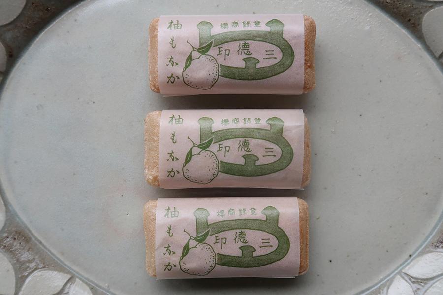 レトロなパッケージも魅力の「三徳小西菓子舗」の柚もなか。1つから購入可