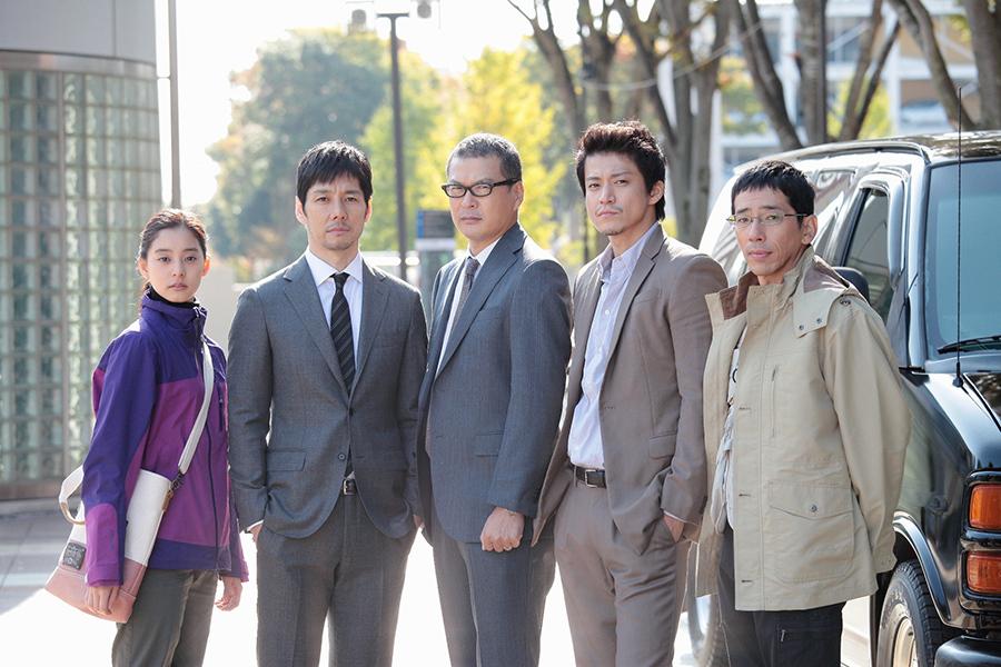 左から、新木優子、西島秀俊、田中哲司、小栗旬、野間口徹