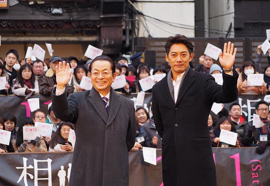 映画『相棒-劇場版 IV』公開記念イベントに登場した水谷豊と反町隆史(17日・大阪市内)