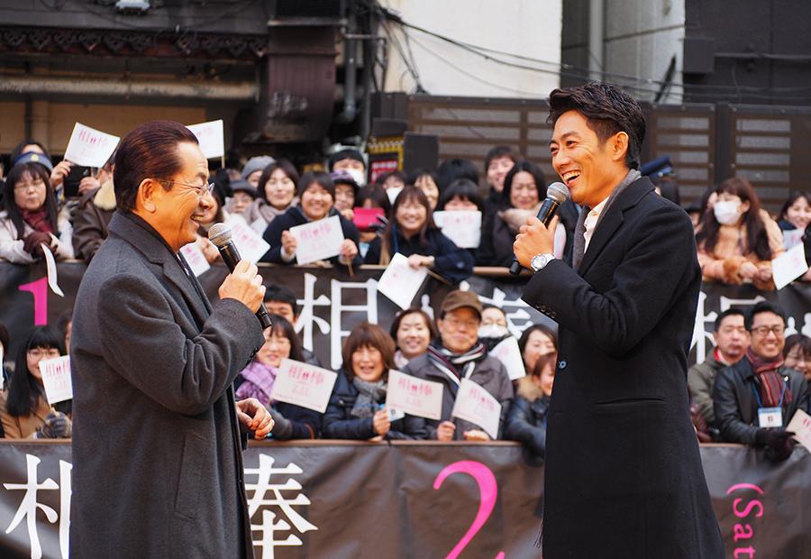 道頓堀川・船上でトークを繰り広げる水谷豊(左)と反町隆史(17日・大阪市内)