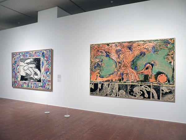 右:《護り神》 1980年 アクリル絵具、キャンバスで裏打ちした紙 いわき市立美術館  左:《至る所から》 1982年 インク / アクリル絵具、キャンバスで裏打ちした紙 ベルギー王立美術館/国立国際美術館(大阪市北区)にて、4月9日まで