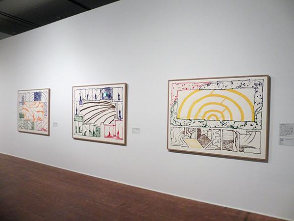 右より順に:《モンタテールのヴォワラン印刷機》、《ヴォワラン印刷機の大地》、《ヴォワラン印刷機の黄色》 3点とも2003年 リトグラフ、アルシュ紙 作家蔵/国立国際美術館(大阪市北区)にて、4月9日まで