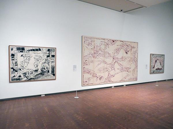 左から順に:《舞台で》2001年 インク、キャンバスで裏打ちした紙 作家蔵、《直観的な廊下》アクリル絵具、キャンバスで裏打ちした紙 作家蔵、《ぼた山 Ⅶ》2006年 アクリル絵具 / 墨、キャンバスで裏打ちした紙 作家蔵/国立国際美術館(大阪市北区)にて、4月9日まで