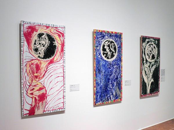 左より順に:《のぞき穴 Ⅳ》、《のぞき穴 Ⅲ》、《のぞき穴 Ⅱ》 3点とも2015年 インク /アクリル絵具、キャンバスで裏打ちした紙 作家蔵/国立国際美術館(大阪市北区)にて、4月9日まで