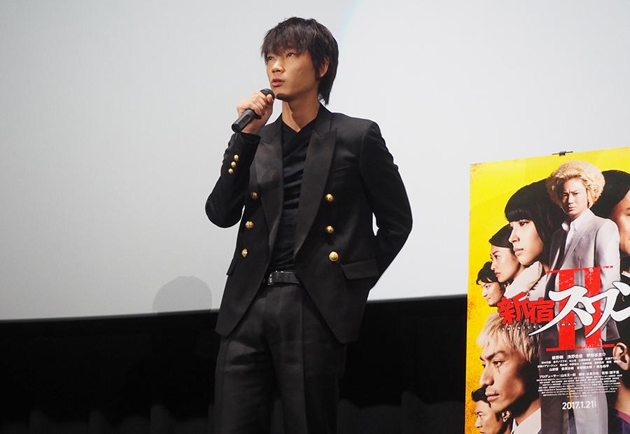 映画『新宿スワンⅡ』の舞台挨拶に登場した綾野剛(28日・大阪市内)