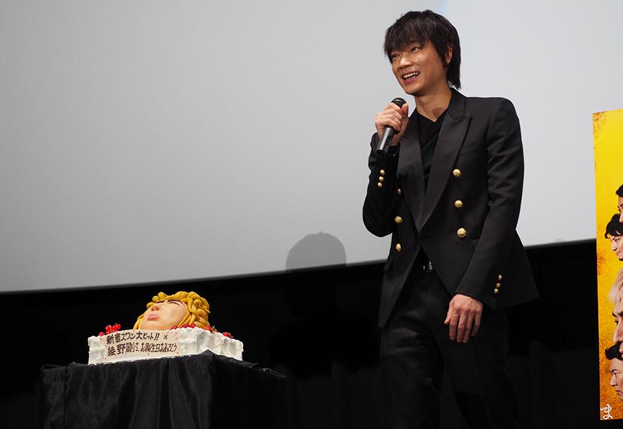 先日誕生日を迎えた綾野に贈られた、『新宿スワンⅡ』の主人公・白鳥龍彦を模したケーキ(28日・大阪市内)