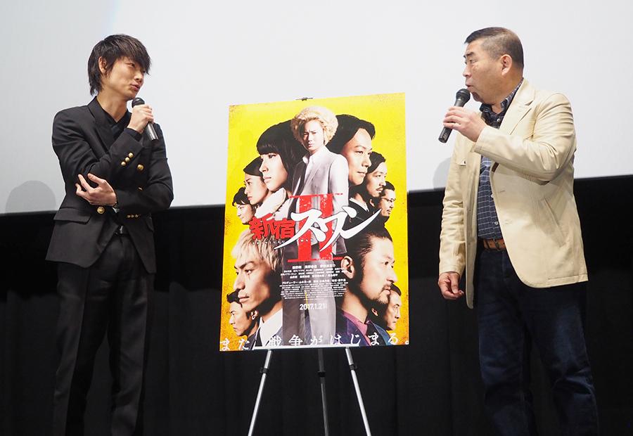 映画『新宿スワンⅡ』の舞台挨拶に登場した綾野剛(左)と桂南光(28日・大阪市内)