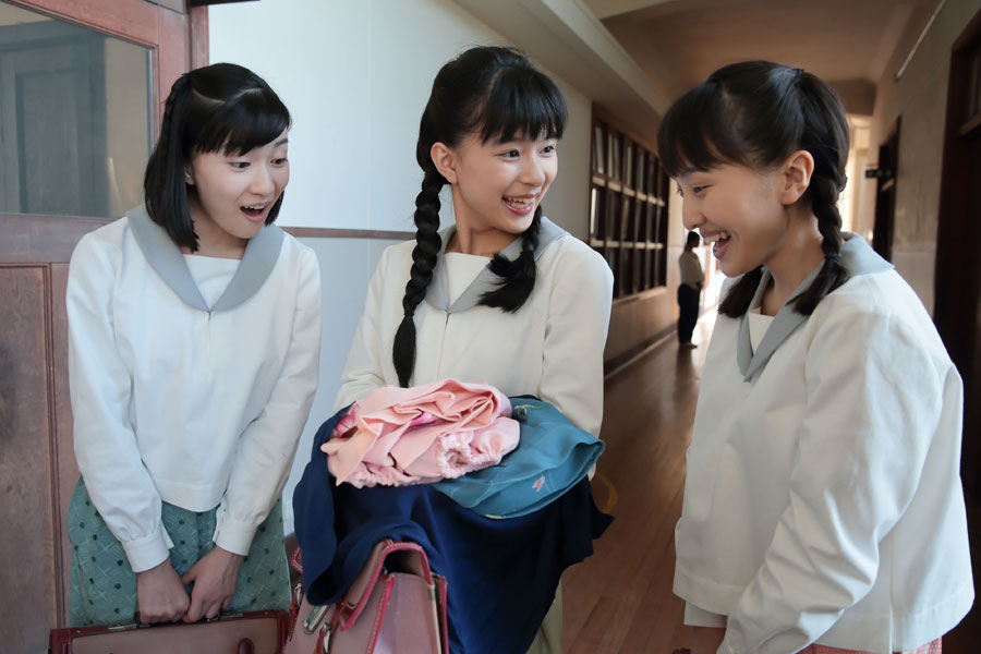 女学校で手芸倶楽部を結成していた仲間らと子ども服店を創業することになるヒロイン・すみれ(真ん中)