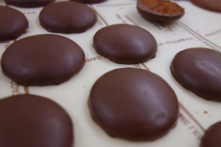 「京都北山マールブランシュ」の南尚貴シェフが提案するのはチョコパイ。当日は生地(写真)にバタークリームとサワーチェリーのキルシュ漬けをサンド