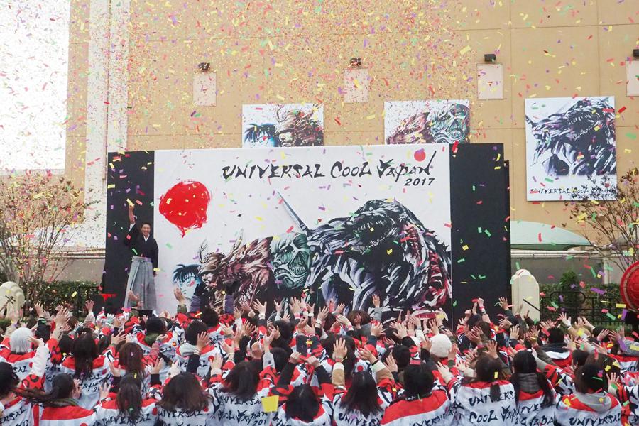 日の丸を入れ、開会宣言をした松岡修造(12日、ユニバーサル・スタジオ・ジャパン)