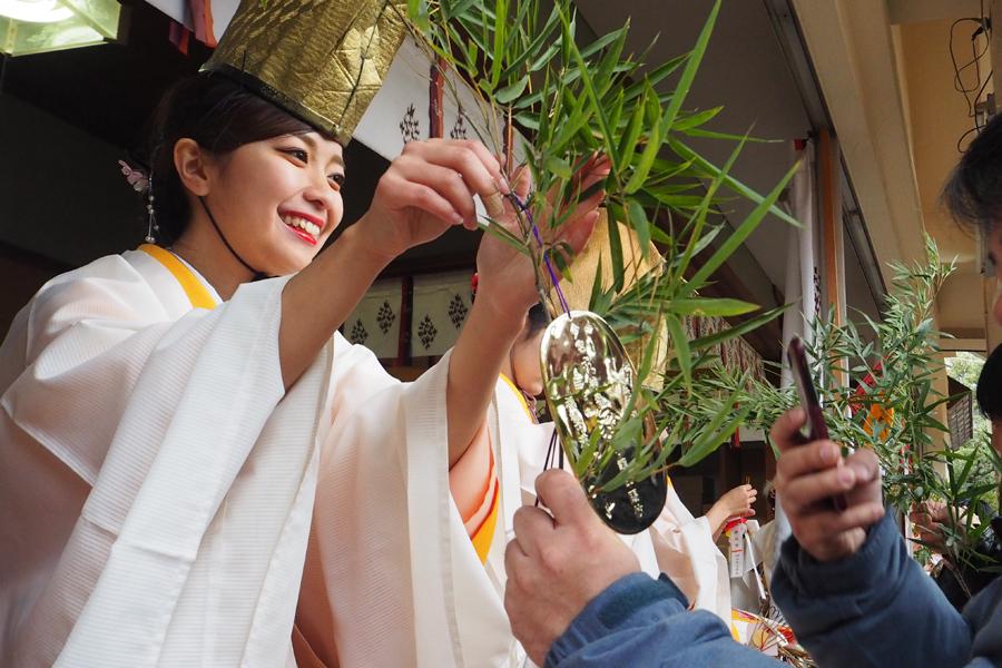 縁起物をササにつける福娘(9日、今宮戎神社)