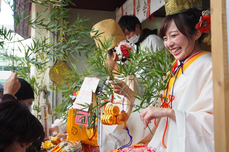 笑顔で参拝者と話をする福娘(9日、今宮戎神社)