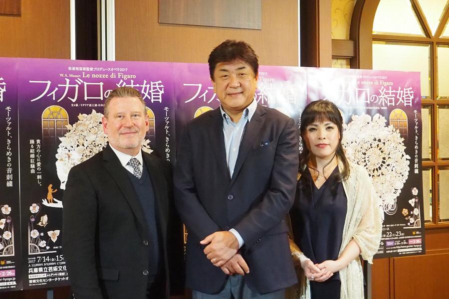 (左から)演出家のデヴィッド・ニース、佐渡裕、中村恵理(30日、大阪市内)