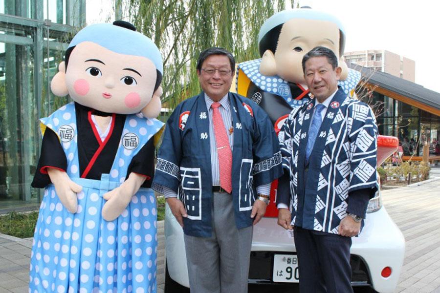 左から福助さん、竹山修身堺市長、田坂寛社長(7日、大阪府堺市)