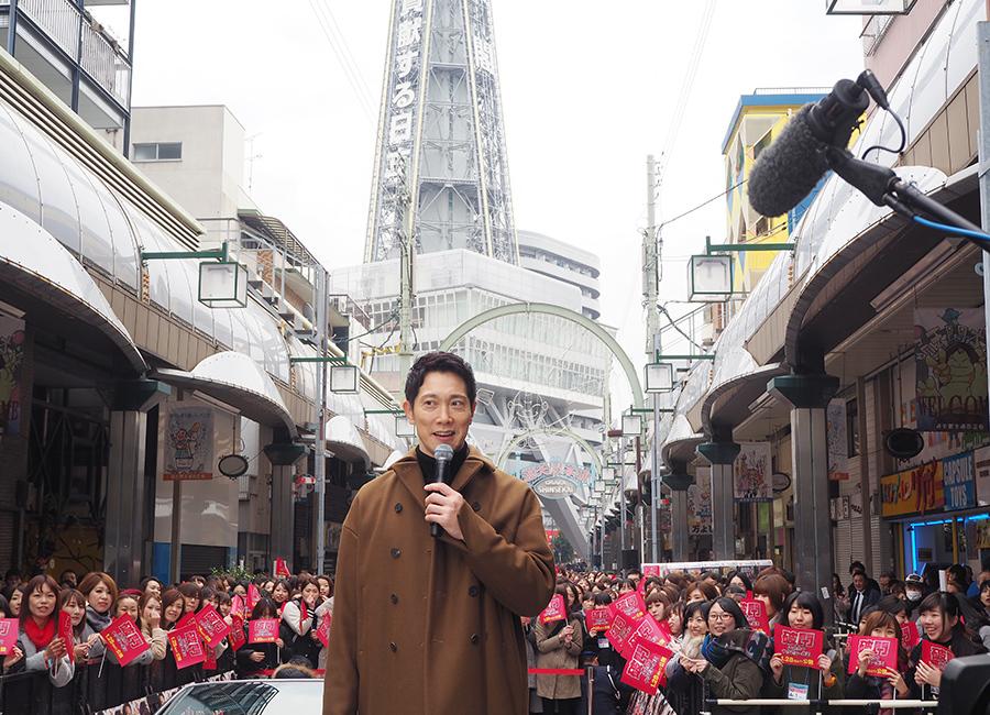 「通天閣」をバックにオープンカーに乗って登場した佐々木蔵之介(20日・大阪市浪速区)