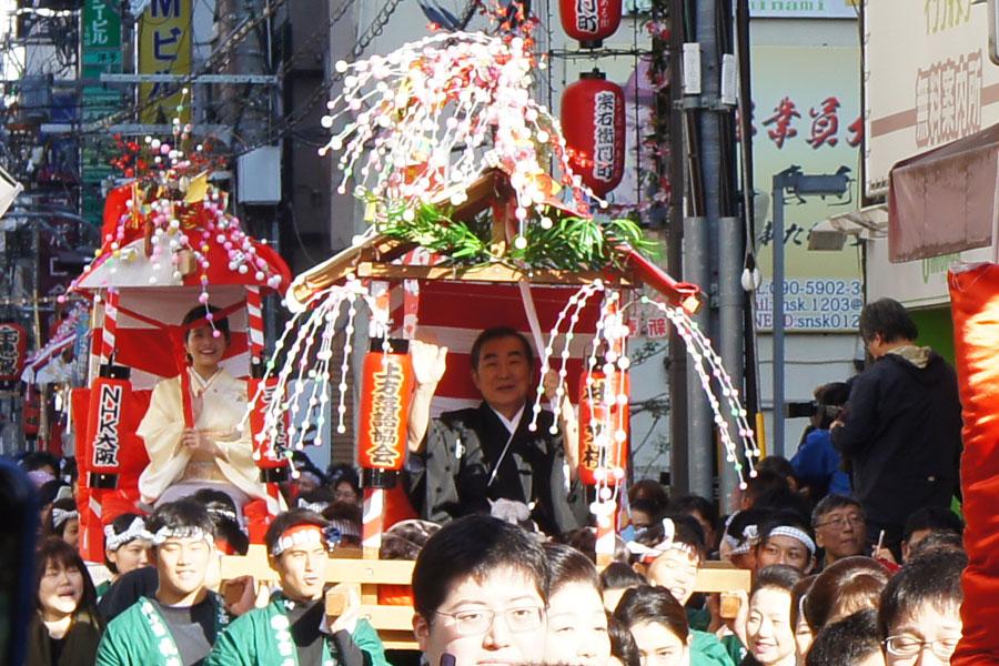 毎年『十日戎』にあわせておこなわれる『宝恵駕行列』。今年は桂文枝、三倉茉奈らが参加した(10日、大阪市)