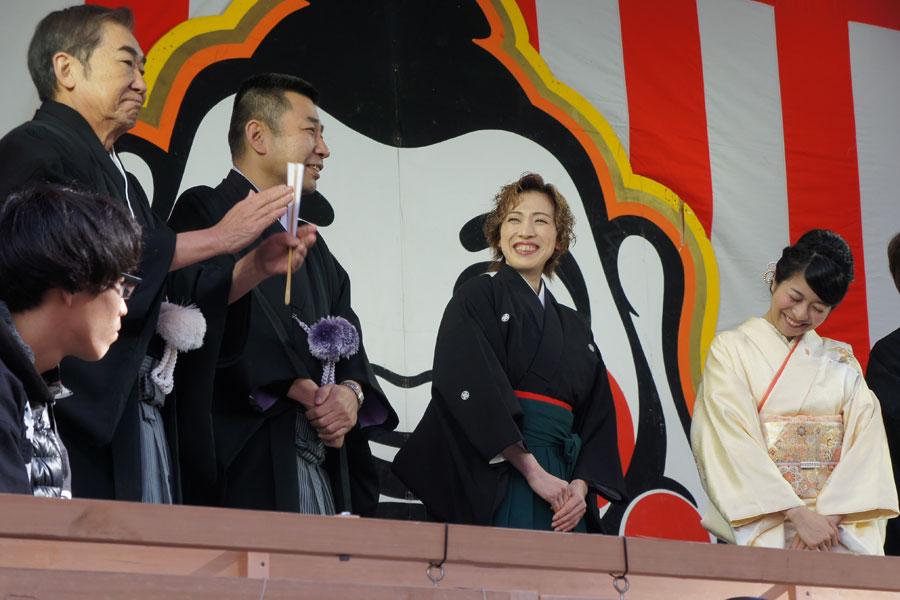 文枝からの声援に困り顔の三倉茉奈(右)